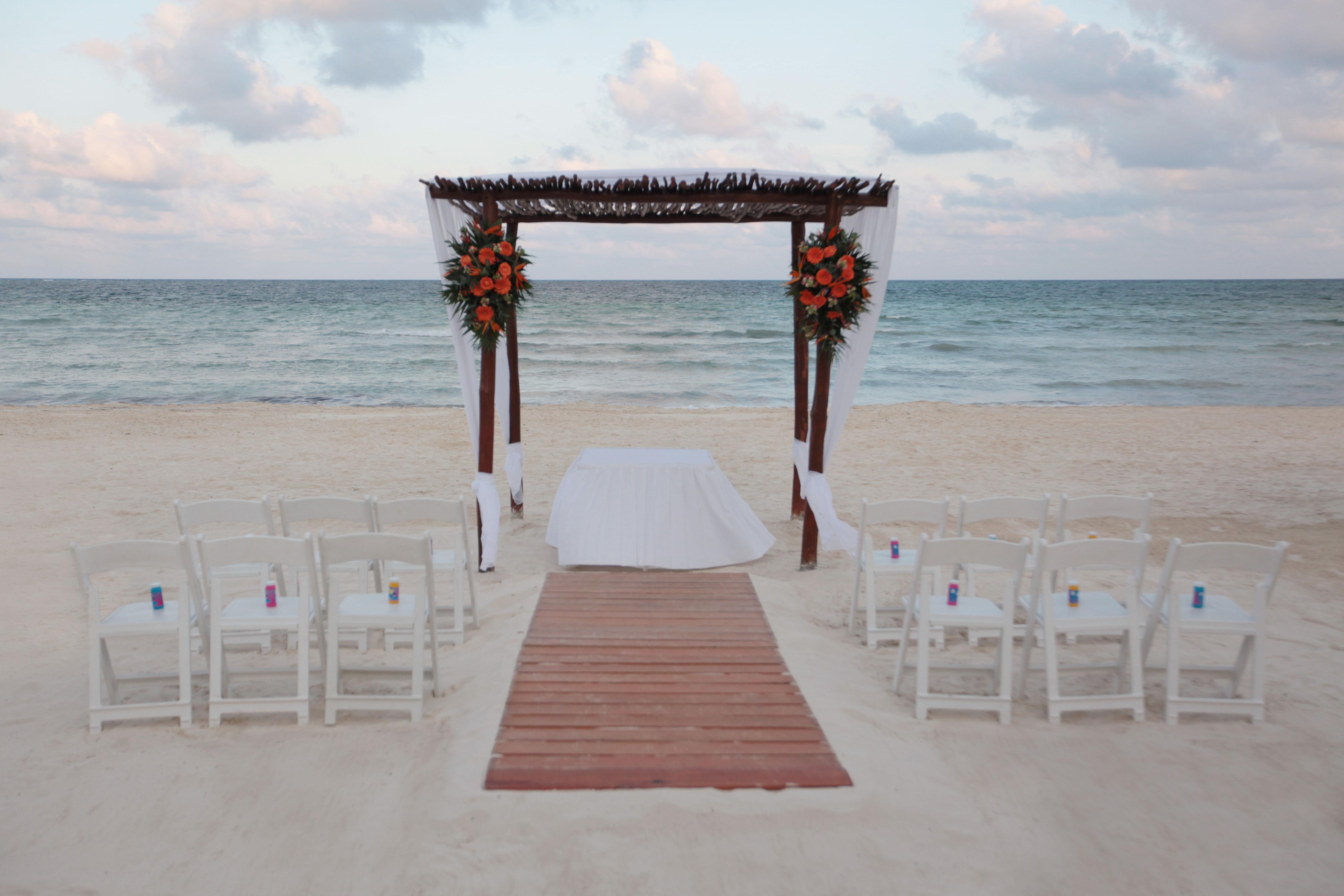 Gazebo-on-the-beach-few-guests